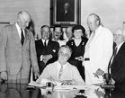 Il presidente americano Franklin D. Roosevelt firma il Social Security Act, 14 agosto 1935. Social Security Agency (Internet).